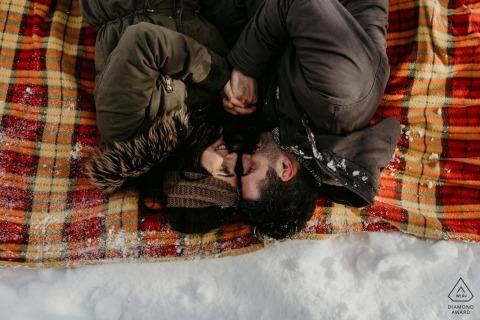 Séance de fiançailles de la montagne de San Marco avec un couple - Le portrait contient: neige, pique-nique, couverture, étreintes, chaud