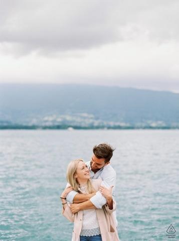 Annecy Filmfoto van een verloofd stel aan het water.