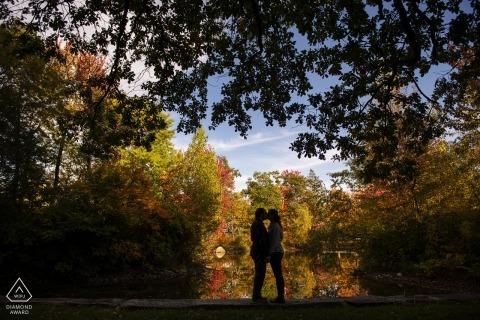 榆樹公園,伍斯特,馬薩諸塞州訂婚情侶攝影-肖像包含:與樹葉剪影