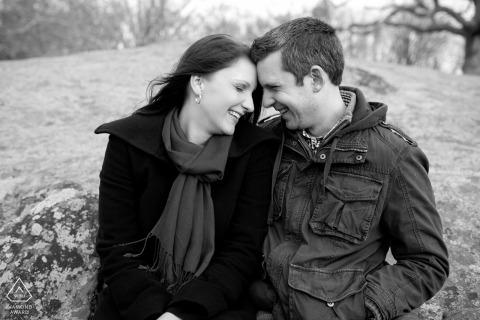 Rhode Island-verlovingsportret - Afbeelding bevat: paar zittend op rotsen, winter, jassen, herfst, koud