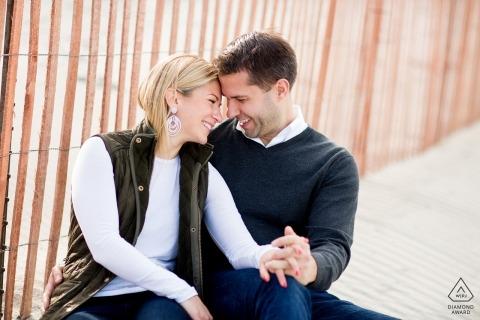 Rhode Island Couple Engagement-fotosessie - Portret bevat: man, vrouw, zand, oceaan, zittend op het strand