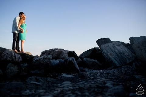 Newport, RI Engagement Photography - Portrait bevat: paar dat op rotsen staat