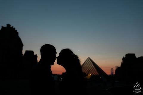 在巴黎盧浮宮附近的藍色小時裡,一對夫婦摸頭的剪影鏡頭-訂婚攝影