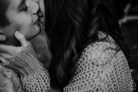 Olde Kamp Drenthe - zwoel Engagement Photography - Image contains: sweater, kiss, tight, embrace, black, white