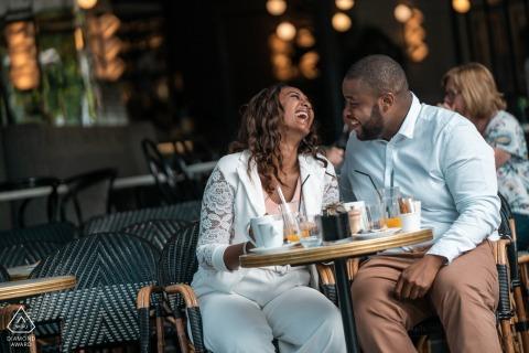Wczesne śniadanie w Trocadero Paris na sesję zaręczynową tej pary.