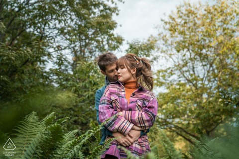 Tuinen van Versailles, Frankrijk Echtpaar knuffelen tijdens hun verlovingsfotoshoot.