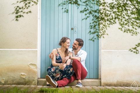 Ogrody Wersalskie, Francja Para portretów | Czerwone spodnie, niebieskie drzwi. Sesja zaręczynowa