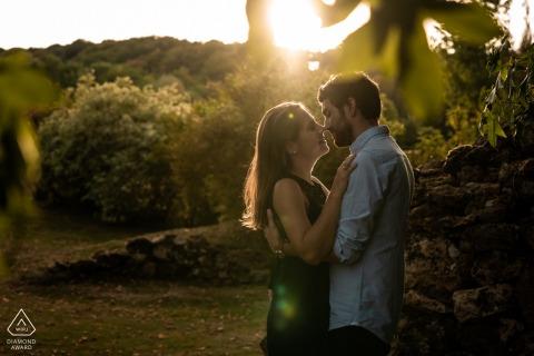 """Blisko """"Le Manoir de Sauvegrain"""", Francja - Zachód słońca dla pary podczas sesji zaręczynowej."""