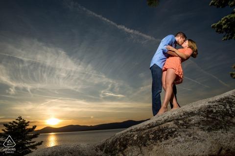 North Lake Tahoe Couple robi zanurzenie podczas zachodu słońca (prawie) | Zaręczynowy portret pary - obraz zawiera: plażę, wodę, drzewo, niebo