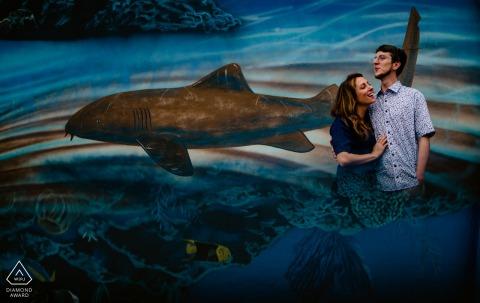 Waterfront Brewery, Key West, Floride Photographe de portrait de couple: fresque vraiment cool, mais avec un mauvais premier plan. reflété la peinture murale dans mon téléphone portable sous l'objectif pour créer l'illusion que le couple était à l'intérieur du paysage aquatique