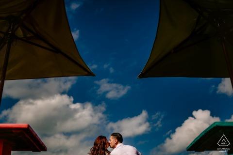 Sunset Pier, Key West, Floride Photographe de fiançailles: J'ai utilisé les dessus de bar et les parapluies pour créer une symétrie, tandis que j'ai utilisé le ciel bleu pour un arrière-plan propre