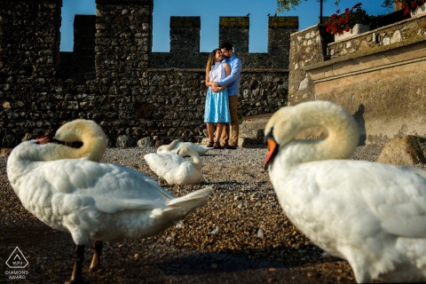 Verlobungsfotosession in Sirmione, Italien mit einem umarmenden Paar.