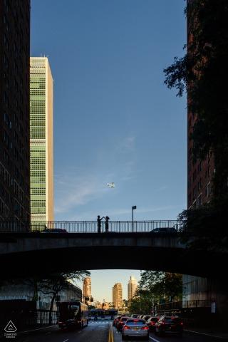 Tudor City, Manhattan La coppia balla sul ponte durante la sessione di ritratto di fidanzamento.