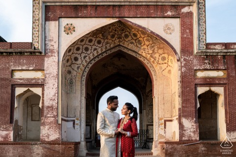 Toronto-Verpflichtungs-Fotografie - Paare, die sich halten und für Porträt aufwerfen.