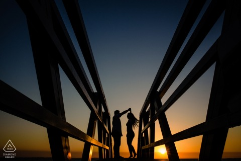 Photographe de fiançailles en Australie-Occidentale: Fremantle Couple Dancing together at the sunset