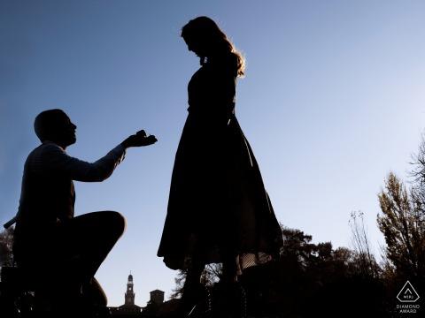 Session de photographie de fiançailles en Lombardie en Italie avec proposition de bague
