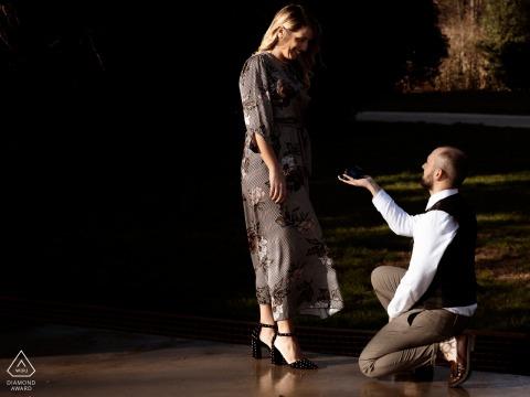 Verlobungsfoto Mailands, Italien herein eines Paares im warmen Licht und in den Tönen