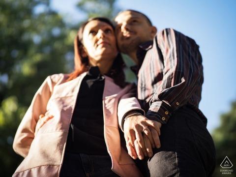 Verlobungsfotosession in Mailand, Italien - Ringdetail mit dem Paar