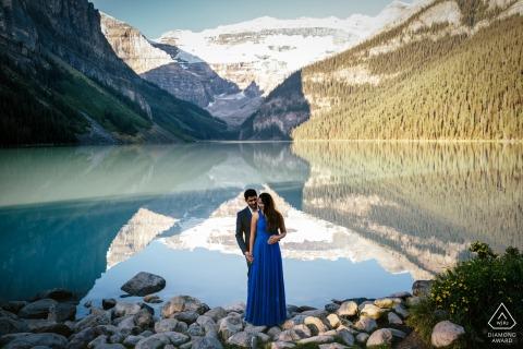 Lake Louise, Banff-Nationalpark, AB, Kanada - Paar-Verlobungsporträt - lieben Sie durch den See