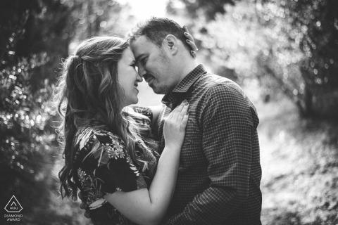 Athènes, Plaka love couple portrait en noir et blanc - Photographie de fiançailles