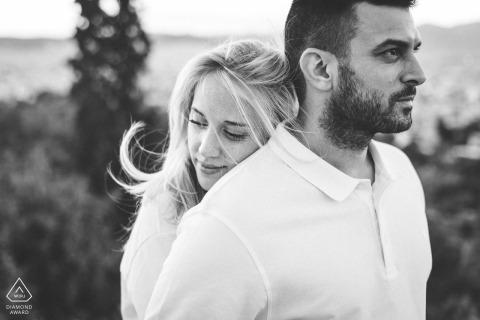 Akropolis, Athene pre-bruiloft portret van een paar knuffelen zwart-wit foto