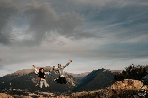 Bolquère, Pyrénées-Orientales, France Couple sautant au cours de la séance de prise de vue de pré-mariage d'engagement.