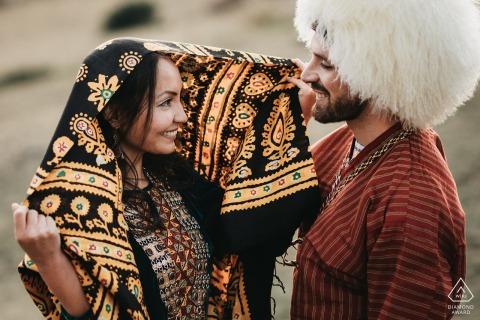 Franco-Turmenistan verlovingssessie in de Franse Pyreneeën met traditionele kleding.