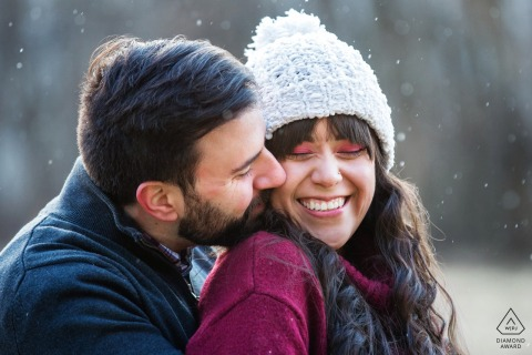 Frenchtown, NJ portretten met winterbetrokkenheid met een paar dat van de sneeuw geniet