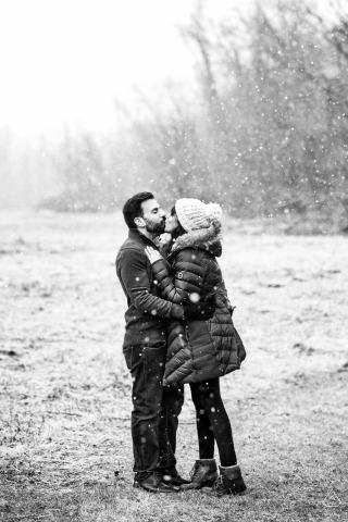 Sesión de compromiso de invierno de Frenchtown, Nueva Jersey con nieve