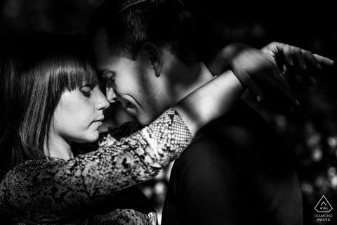 Trieste, Włochy Portret przedślubny - para z wielkimi światłami i cieniami