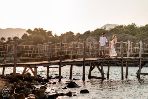 Zakynthos, Grecja Sunset Engagement Portraits in Greece - Para na deptaku nad wodą.