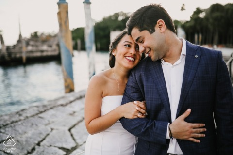 迈阿密比斯开亚博物馆和花园的订婚肖像| FL婚礼前照相会议
