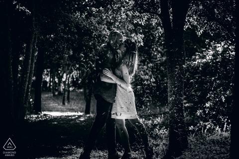 Orvieto - Włochy przed ślubnymi portretami podczas pocałunku pod opadającymi liśćmi