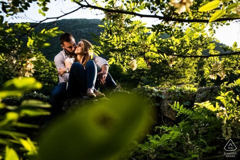 El Escorial, Madrid (Spanje) pre-bruiloft portretfotografie - Een paar tussen veel groene boombladeren