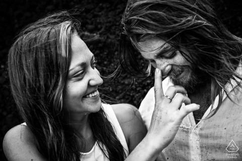 Madrid pre wedding fotograaf: Stel op een emotioneel liefdesmoment op het strand
