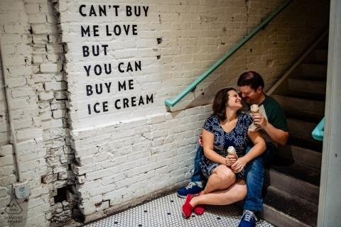 Jenni's Ice Cream Washington DC - For the Love of Ice Cream - Engagement portrait with couple - Kan me geen liefde kopen, maar je kunt me ijs kopen