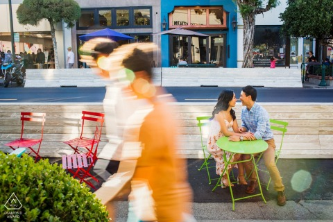 Fotografía de compromiso de pareja de los Gatos | Amor en la ciudad: sentado en la mesa de café al aire libre