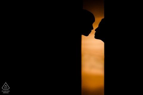 Portraits de fiançailles avant le mariage au Fujian | Couple chinois sur le point de s'embrasser - dans des tons noirs et chauds.