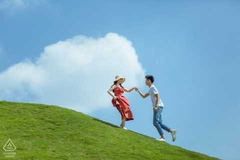 China Pre-Wedding Engagement Portrait   Fujian couple playing on the grass hill.