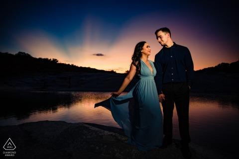 佩德纳雷斯瀑布州立公园日落订婚肖像会议在水面上