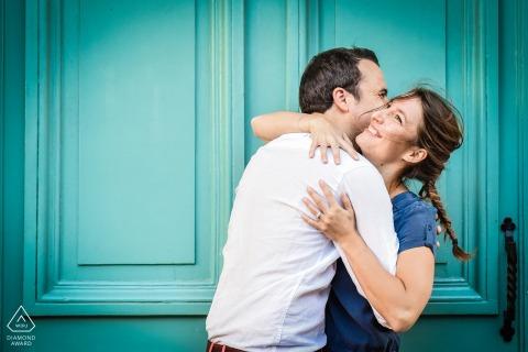 Lyon houdt van portretten voor een stel | Pre Wedding Engagement Session met een knuffel