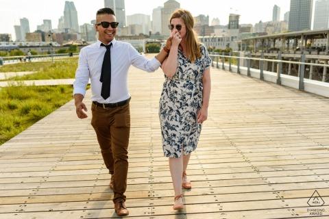 Verloofd paar lopen op promenade, vrouw man hand kussen - Old Montreal, Canada portret sessie