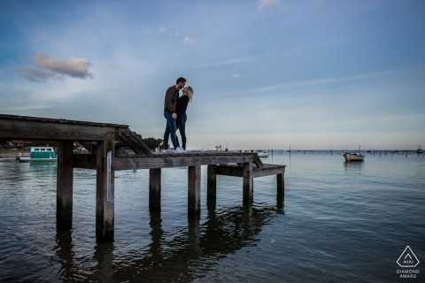 CAP FERRET - FRANKRIJK - Betrokkenheidsfoto met twee geliefden die op een dok lopen