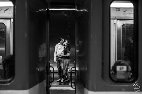 PARIJS FRANKRIJK PAARPORTRETTEN - Twee geliefden wachten op de metro
