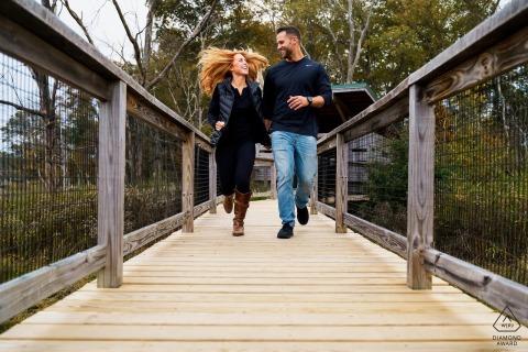 Het einde van de wereld, verlovingsfotograaf Hingham: blijf samen rennen. Ze hadden plezier