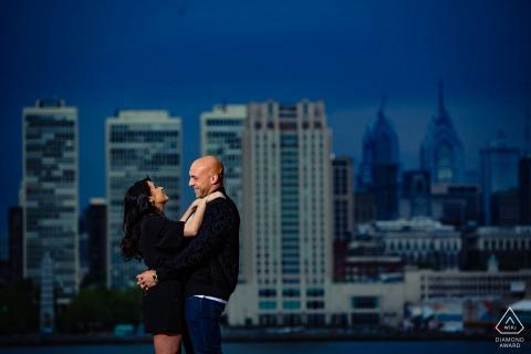Retrato de compromiso de Camden Waterfront Sesión - Fotógrafo: Vio el disparo, los hizo reír.