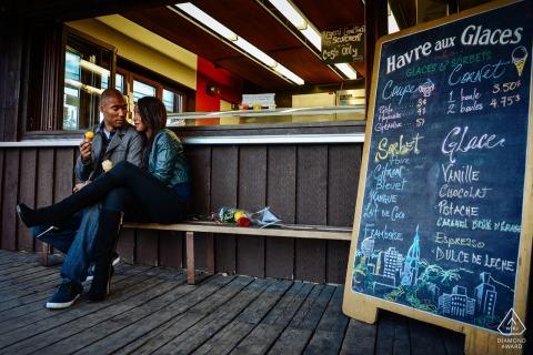 在水上市场,蒙特利尔订婚摄影,一对夫妇在订婚照片会议期间一起享受冰淇淋