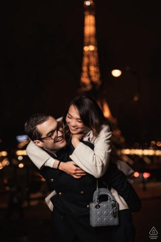 Paris Engagement-sessie op Avenue Montaigne, Parijs | Toren bij nacht