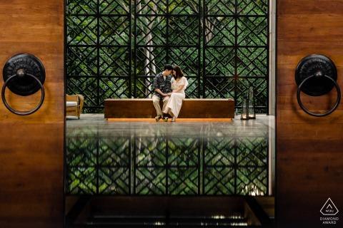 Fotógrafo de retratos de compromiso de Rosewood Phuket | Sesión de pareja en el banquillo