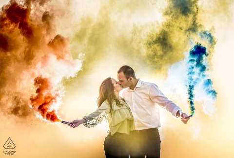 AGUILAS MURCIA engagement photography - A sunset between colored smoke